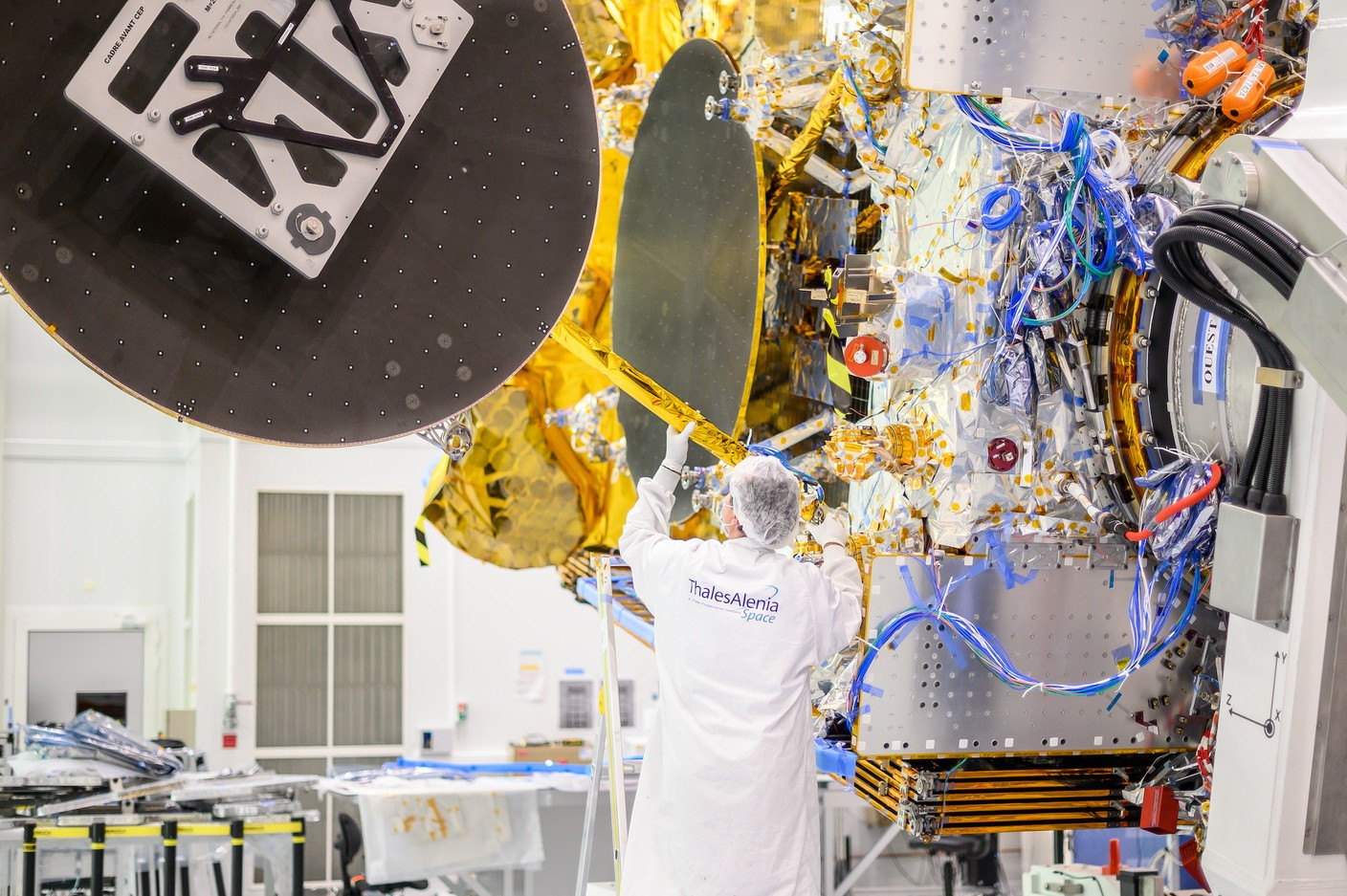 After the wiring, the assembly of the axes on which the reflectors will be deployed, essential parts. (Photo: Thales Alenia Space)