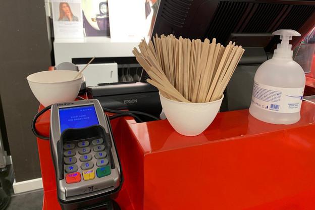 Des sticks en bois sont proposés pour faire son code secret sans contact. (Photo: Paperjam)