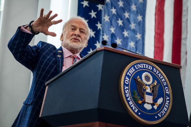 Devant les députés et sénateurs de son pays, Buzz Aldrin a insisté pour qu'on en fasse plus vers l'espace. Pour que le citoyen ordinaire puisse mesurer la chance qu'il a d'habiter sur Terre. (Photo: Nader Ghavami)