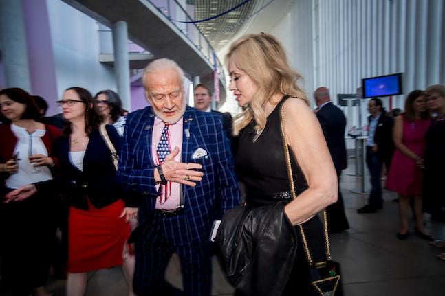 Buzz Aldrin, à sa descente du podium, entre amis et famille. (Photo: Nader Ghavami)