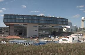 Le futur siège se dresse dans le prolongement du hall de maintenance de Cargolux au bout du tarmac du Findel. (Lux-airport)