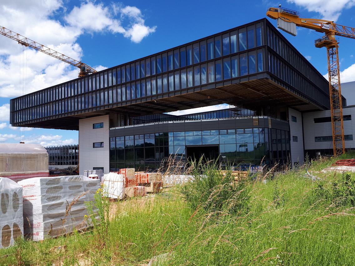 Le futur siège de Cargolux est constitué d'un anneau de 80m de côté posé sur quatre structures permettant la circulation verticale. (Photo: Lux-Airport)