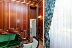 Une porte cachée dans les boiseries de la «chambre du président» donne accès à de petites toilettes. ((Photo: Romain Gamba/Maison Moderne))