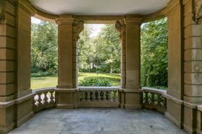 Une porte de la salle du conseil donne sur le jardin arrière. ((Photo: Romain Gamba/Maison Moderne))