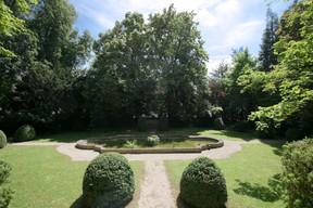 Un petit étang avec des carpes se trouve à droite du bâtiment, où se trouvait également un pavillon. ((Photo: Romain Gamba/Maison Moderne))
