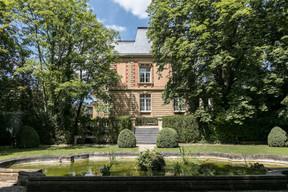 Une vue de la villa depuis le banc de pierre surplombant l'étang. ((Photo: Romain Gamba/Maison Moderne))