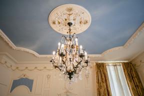 Un lustre dans un salon du rez-de-chaussée, aujourd'hui utilisé pour de petites réunions. ((Photo: Romain Gamba/Maison Moderne))