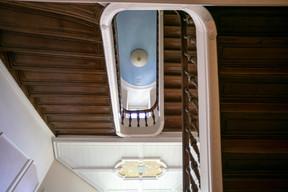 Vue de l'escalier depuis le rez-de-chaussée. ((Photo: Romain Gamba/Maison Moderne))