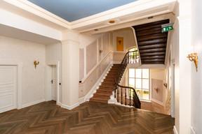 L'espace du premier étage abrite aujourd'hui plusieurs bureaux séparés, bien que la disposition des lieux montre clairement que l'espace était à l'origine destiné à un usage privé.  ((Photo: Romain Gamba/Maison Moderne))