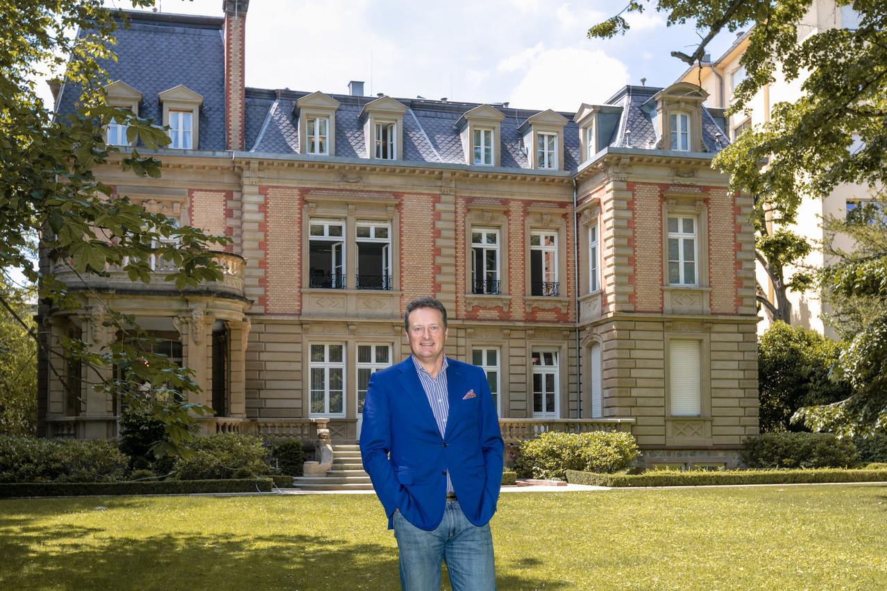 Le CEO d'East-West United Bank, Sergey Pchelintsev, devant l'entrée arrière de la Villa Foch. (Photo: Romain Gamba/Maison Moderne)