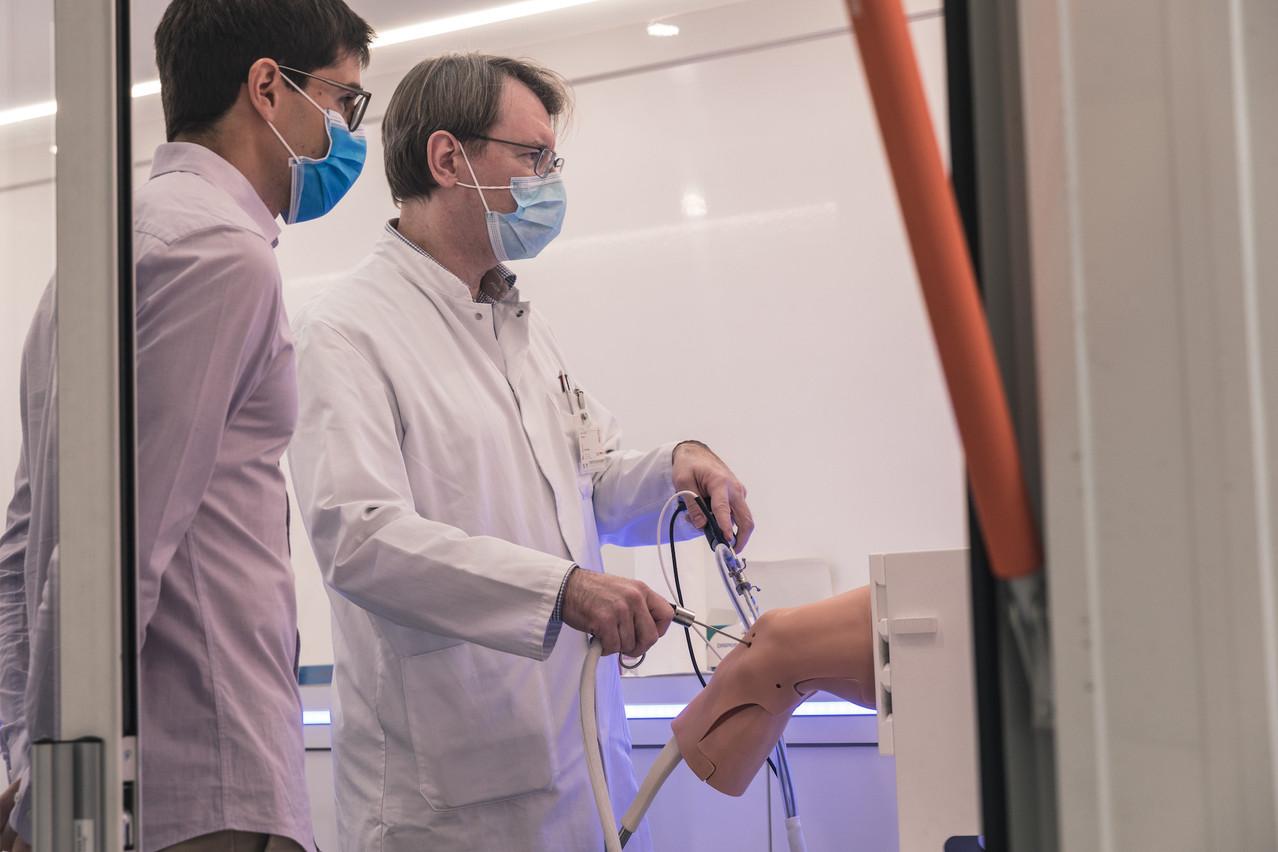 Deux Luxembourgeois, ClaudeHoeltgen (Virtamed) et Romain Seil (CHL), autour d'une technologie révolutionnaire de réalité mixte pour préparer les chirurgiens aux opérations du ménisque. (Photo: Virtamed)