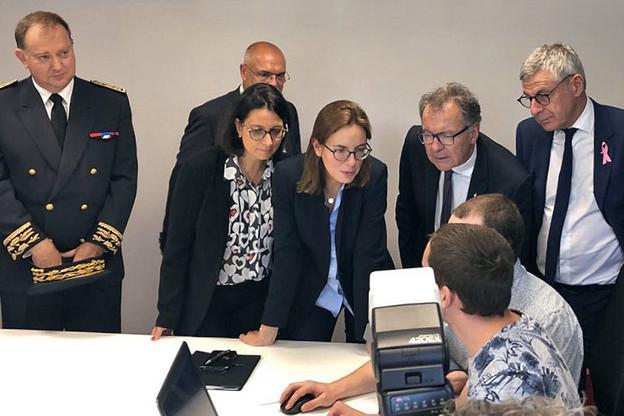 La députée IsabelleRauch (à gauche) a demandé à la secrétaire d'État (au centre) de clarifier la situation des frontaliers en télétravail. Et apporte quelques propositions. (Photo: site internet de la députée)