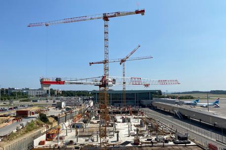 Le chantier du Skypark se déroule au pied des pistes de l'aéroport du Luxembourg. (Photo: Costantini)