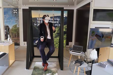 Le ministre des Classes moyennes et du Tourisme, Lex Delles, parti se promener au Luxembourg en balançoire à réalité virtuelle. (Photo: SIP)