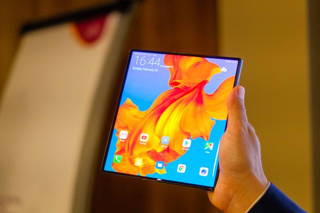 Samsung a opté pour deux écrans en un: l'un, classique, servant quand le terminal est fermé; l'autre, pliable, étant réservé au mode tablette, et protégé quand le mobile est fermé. (Photo: Shutterstock)