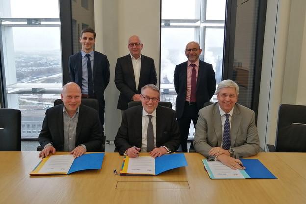 Le recteur de l'Université StéphanePallage, le président de la SNCI Patrick Nickels et le président du conseil de surveillance de l'Uni YvesElsen ont signé une facilité pour permettre à des chercheurs entrepreneurs d'obtenir un premier crédit. (Photo: Université du Luxembourg/SNCI)