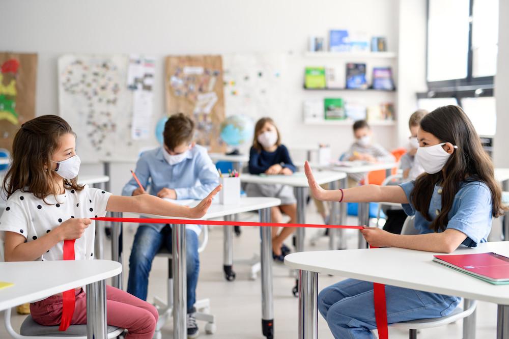 Le SNE demande que tout soit fait pour que les règles de distanciation soient respectées partout dans les écoles. En cas d'impossibilité, il réclame des salles de classe plus grandes ou une division des effectifs. (Photo: Shutterstock)