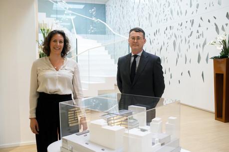 Laetitia Carrière,responsable de l'immobilier, et Arnaud Jacquemin, CEO de SG Luxembourg, devant la maquette de l'Arsenal, le futur siège du groupe à Luxembourg. (Photo: Matic Zorman/Maison Moderne)