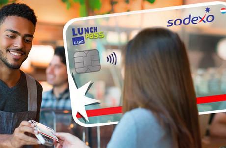 Au lieu des chèques-repas, les salariés pourront utiliser une carte avec laquelle ils suivront leur solde et leurs transactions. (Photo: Sodexo)