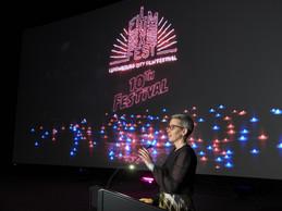 Sam Tanson lors de son discours à la cérémonie d'ouverture du LuxFilmFest. ((Photo: CNA/Romain Girtgen))