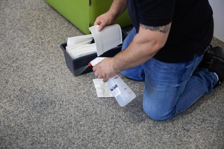 Plusieurs entreprises de nettoyage ont dû embaucher du personnel pendant la crise, face à une augmentation de la demande en désinfection. D'autres perdent une partie de leur travail à cause du home office. (Photo: Romain Gamba / Maison Moderne)