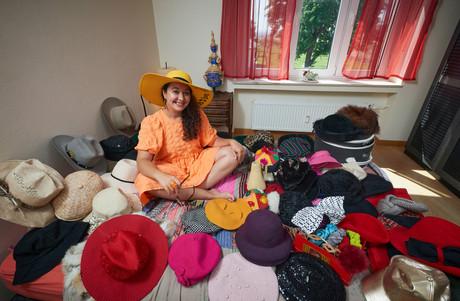 Les chapeaux sont présents dans le quotidien de Fatima Rougi depuis son enfance. (Photo: Andrés Lejona/Maison Moderne)
