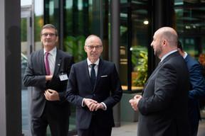 Bernard Gilliot (Fédération des entreprises de Belgique), Luc Frieden (Chambre de commerce) et Étienne Schneider (vice-Premier ministre). ((Photo: Anthony Dehez))