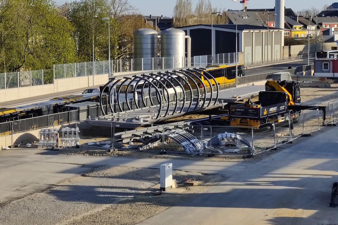 Une partie de la structure de la future passerelle de Bonnevoie est visible sur le chantier de la gare. (Photo: Paperjam)