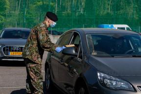 L'Armée mobilisée pour distribuer des masques aux entreprises artisanales sur le parking du Findel. ((Photo: Matic Zorman/Maison Moderne))