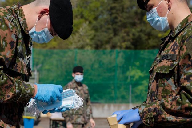 Les entreprises artisanales peuvent encore retirer ce lundi des masques remis par l'Armée au Findel. (Photo: Matic Zorman/Maison Moderne)