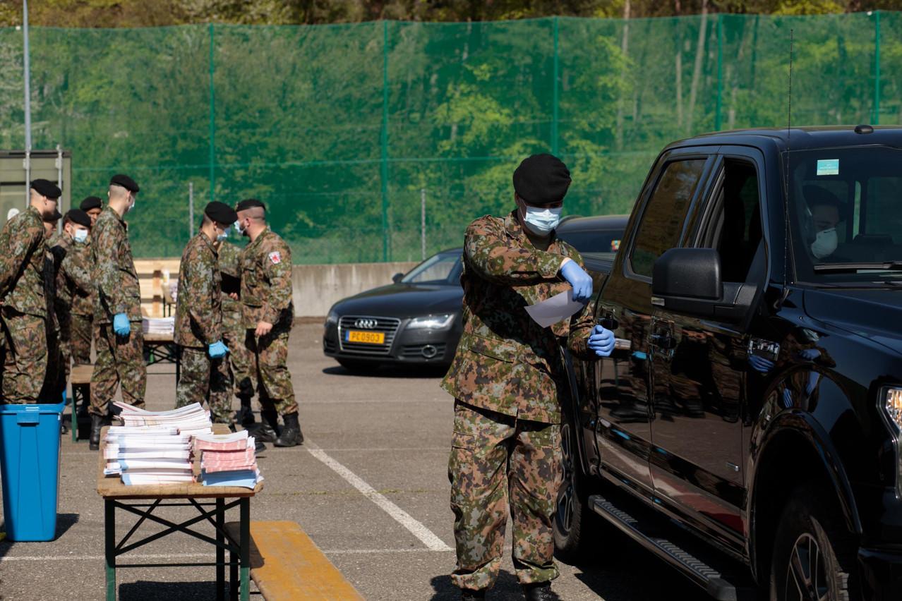 C'est l'armée qui a été chargée de distribuer les masques aux frontaliers à partir de ce lundi. (Photo: Matic Zorman/Maison Moderne)