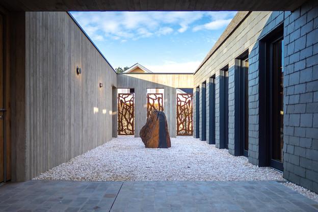 La cour intérieure présente un caractère minéral. (Photo: Chris Schuff)