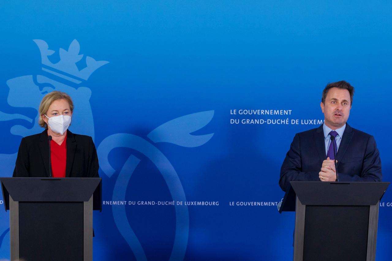 (de g. à dr.) Paulette Lenert, ministre de la Santé ;  Xavier Bettel, Premier ministre, ministre d'État © SIP / Jean-Christophe Verhaegen