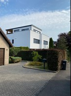 L'extérieur de cette maison à Ernster est visible après l'achèvement d'une transformation totale et d'une expansion majeure, qui a plus que triplé sa surface. Les travaux se sont terminés en 2021. ((Photo: Batipol))