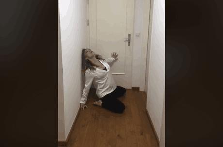 L'artiste incontournable de la scène luxembourgeoise a proposé plusieurs mouvements inspirés du confinement et exécutés depuis un couloir étroit. (Photo: Capture d'écran/Facebook)