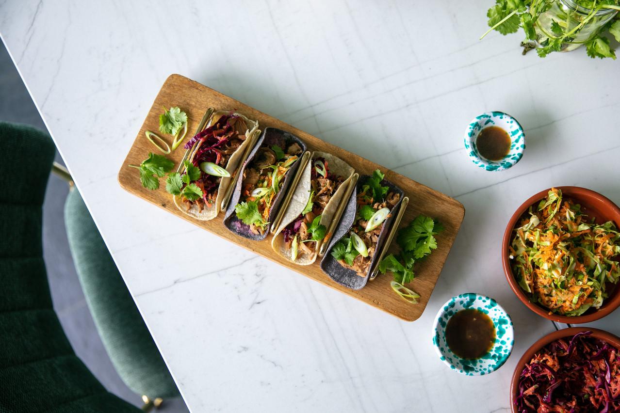Juste avant de servir, réchauffez des tortillas de maïs moelleuses et enveloppez-les dans un torchon pour emprisonner l'humidité. (Photo: Romain Gamba/Maison Moderne)