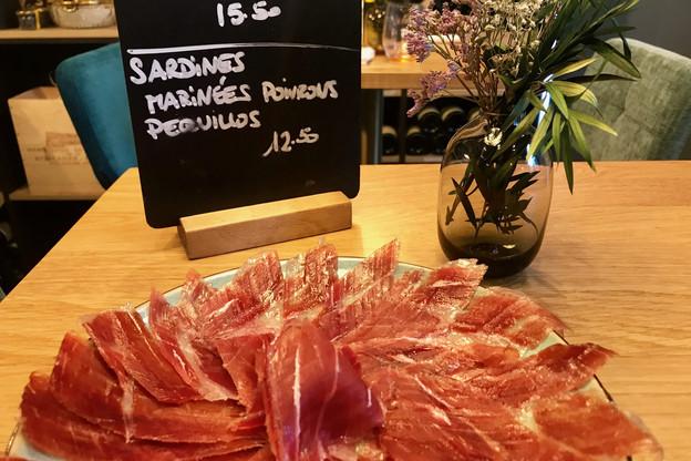 Au Pas Sage, le jambon Bellota est choisi avec soin et découpé sur place par le chef Sergio Villada. (Photo : Maison Moderne)