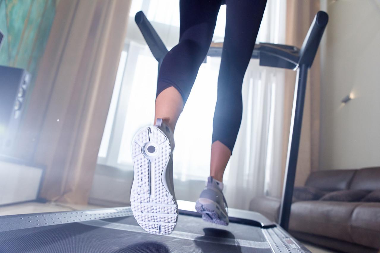 Même si l'engin est relativement encombrant dans un salon, mieux vaut choisir un tapis de course le plus long possible pour s'assurer de pouvoir développer sa foulée. (Photo: Shutterstock)