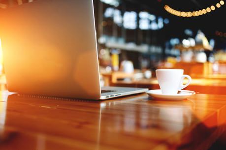 L'image glamour du développeur qui travaille dans un petit café a pris des rides. Mais le télétravail modifie en profondeur les business models des start-up et la manière d'organiser le travail. (Photo: Shutterstock)