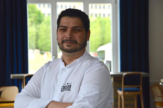 Teddy Ragain semble ravi de réintégrer ses cuisines à L'Atelier Windsor cette semaine, suite à la mise en place des menus du jour à emporter. (Photo: Windsor)