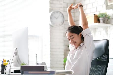Les douleurs au dos se font ressentir chez les télétravailleurs, qui achètent de plus en plus de sièges ergonomiques, habituellement commandés par les entreprises. (Photo: Shutterstock)