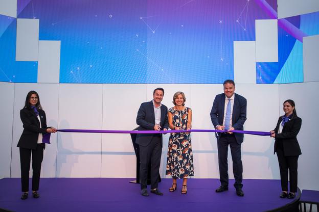 Xavier Bettel (Premier ministre), Dominique Leroy (CEO du groupe Proximus) et Gérard Hoffmann (CEO de Proximus Luxembourg) au moment de couper le ruban symbolisant l'inauguration de la «Proximus House». (Photo: Nader Ghavami)