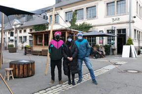 Le directeur de la Kulturfabrik, René Penning (à droite), avec l'équipe du Ratelach, Inès et Isac, au service depuis 6h ce matin! ((Photo: Romain Gamba/Maison Moderne))