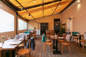 Le chef Leonardo De Paoli, qui a ouvert récemment OiO à Clausen, peut y accueillir au chaud jusqu'à 60couverts par jour en trois services. ((Photo: Romain Gamba/Maison Moderne))
