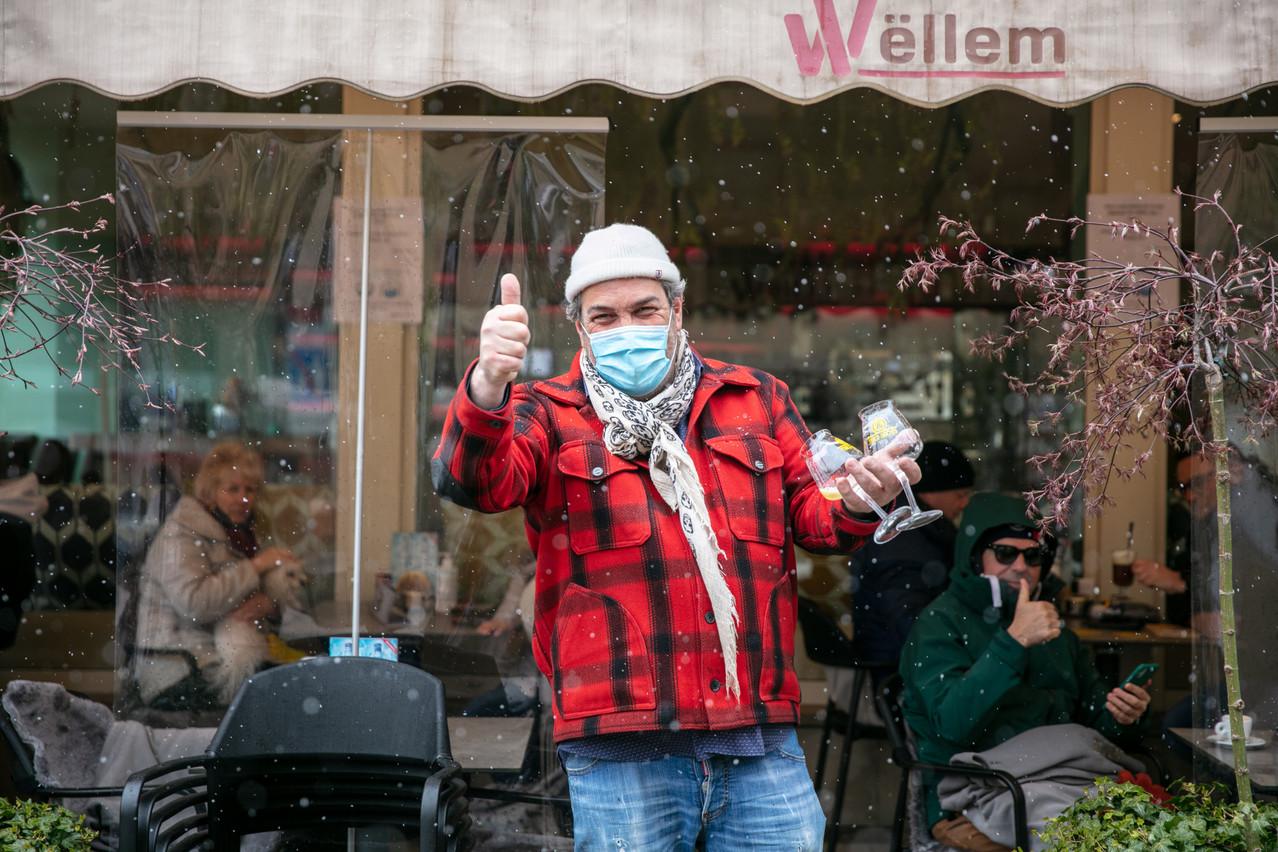 Au Wëllem, Jos Zervas ne peut s'empêcher de sourire en servant ses premiers clients de l'année, même sous la neige! (Photo: Romain Gamba/Maison Moderne)
