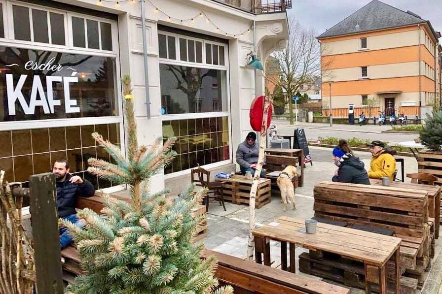 Quelques heures après avoir rencontré Sonia à la Kulturfabrik, elle ouvrait la terrasse de son Escher Kafé et y retrouvait ses habitué(e)s… (Photo: Escher Kafé)