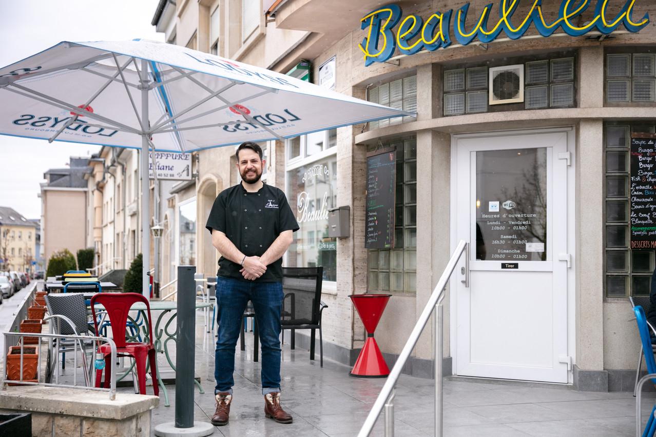 À la Brasserie Beaulieu de Bonnevoie, XavierGoetschy déplore de ne toujours pas pouvoir accueillir sa clientèle comme il le souhaiterait, mais prend son mal en patience avec humour… (Photo: Romain Gamba/Maison Moderne)