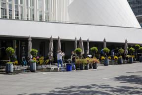 Les équipes du Tempo préparent l'agrandissement de la terrasse sur la place de l'Europe. ((Photo: Romain Gamba / Maison Moderne))