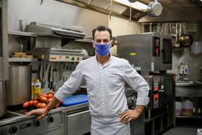 En cuisine et en salle, le chef du Tempo Morris Clip et son équipe nettoient et mettent en place ce qui peut déjà l'être. ((Photo: Romain Gamba / Maison Moderne))