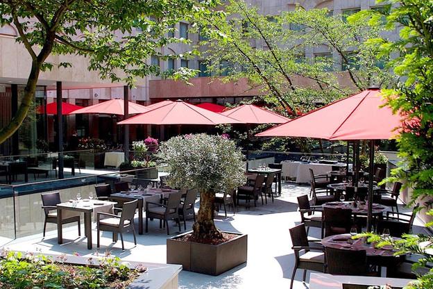 Un extérieur à la fois vert et urbain, proche du parc et du centre-ville, où il fait bon déguster quelques bons petits plats: voilà pourquoi terrasse et palace font bon ménage à l'Amélys! (Photo: Hôtel Le Royal)